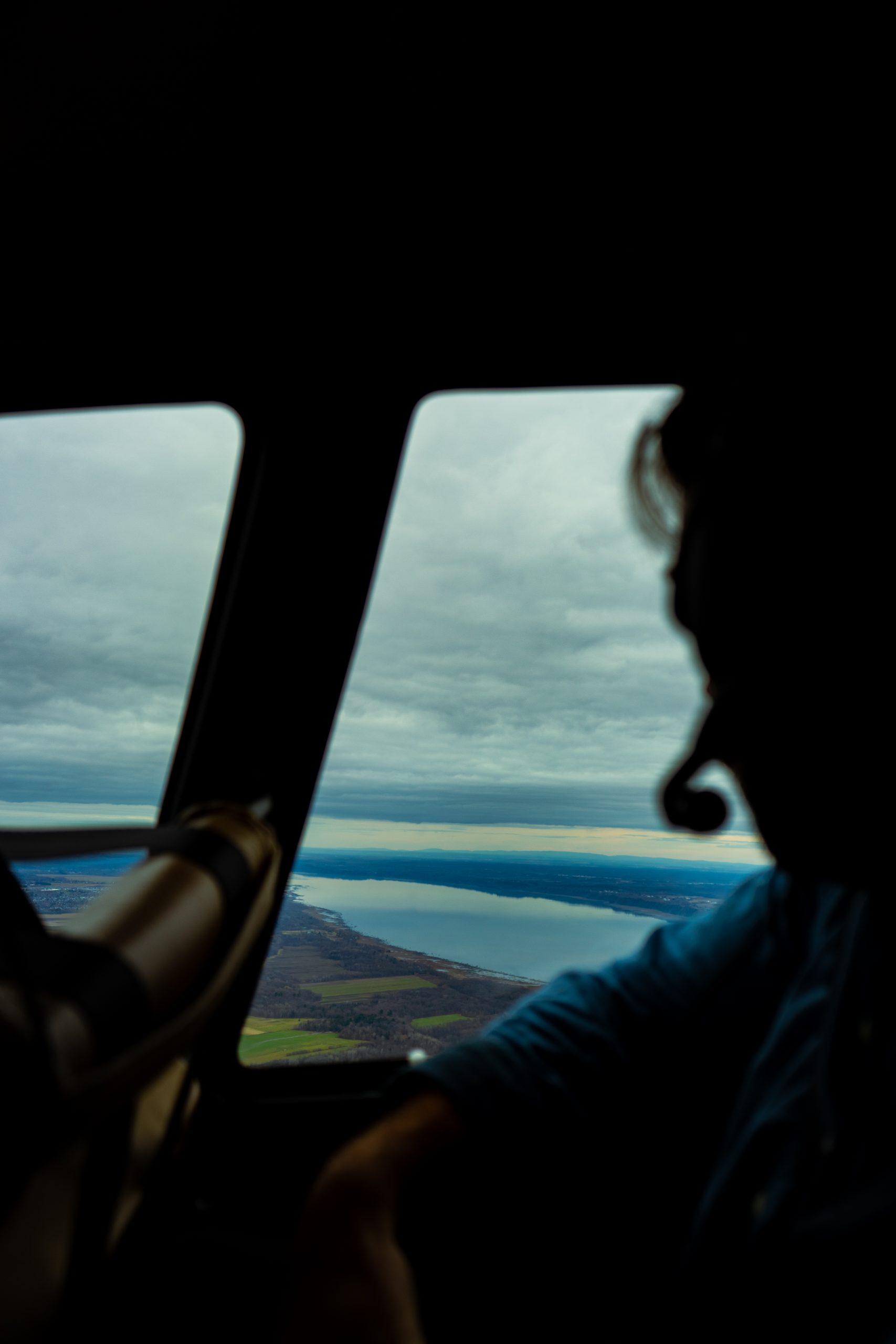 Pilote d'hélicoptère observant le ciel